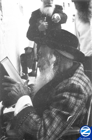 File:00000524-rabbi-yisroel-odesser-praying-by-kosel.jpg